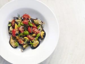 Moules marinières med basilika och tomater